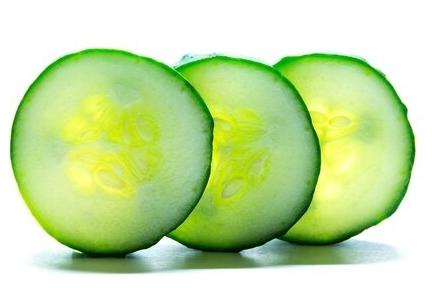 25 krachtige natuurlijke middelen om van acne en puistjes af te komen. komkommer