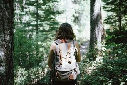 afvallen door te wandelen vrouw int bos