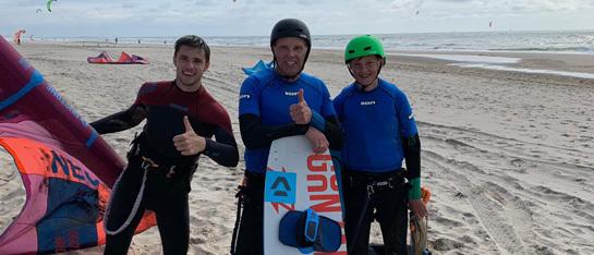 leer bij kitesurfschool 4wind kitesurfen met 2 personen in een groep