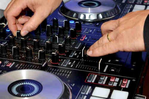 DJ voor bruiloft inhuren Ambitious bruiloft dj boeken hier tijdens exclusieve huwelijksceremonie in Reeuwijk