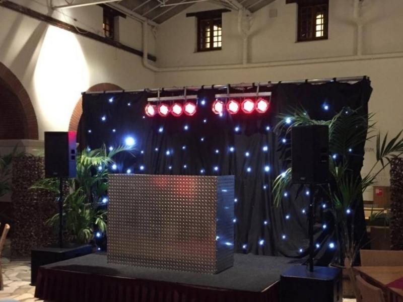 DJ in Alphen aan den Rijn Archeon Atrium bedrijfsfeest dj-show en sterrendoek van Ambitious huren