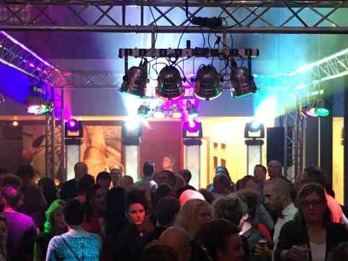 DJ in Alphen ad Rijn huren voor personeelsfeest met Sax Up The Silent DJ met Mega DJ-Show van Ambitious
