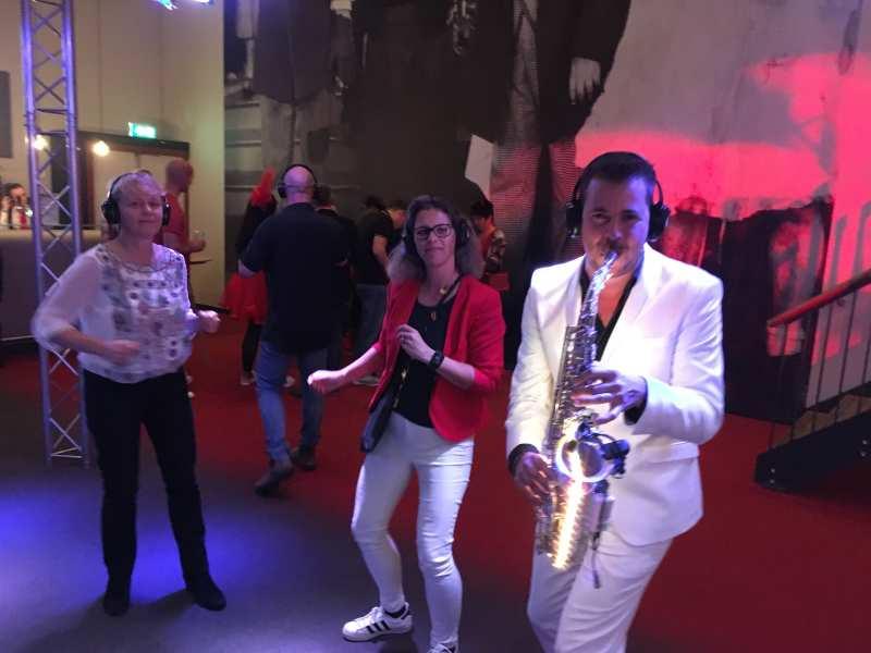 DJ Johan Post met saxofonist voor zakelijk evenement huren zoals hier tijdens een gala als Sax Up The DJ in Studio 21 te Hilversum