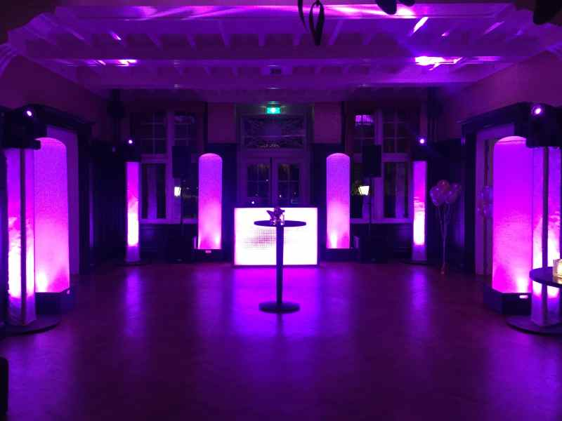 DJ boeken in Baarn Kasteel De Hooge Vuursche voor bruiloft met witte exclusieve show van Ambitious