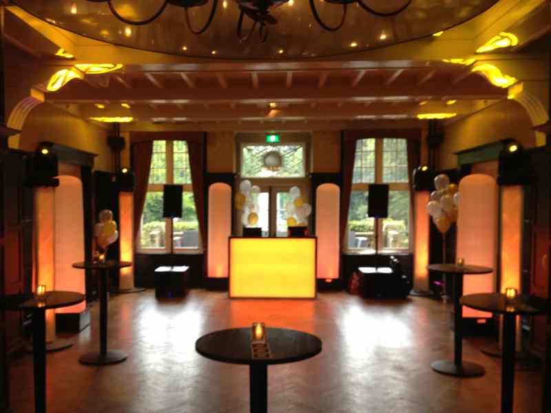 DJ boeken in Baarn Kasteel De Hooge Vuursche voor bedrijfsfeest met witte exclusieve show van Ambitious