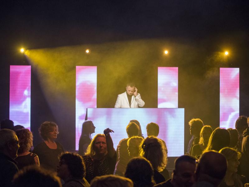 DJ in Bodegraven het Evertshuis Theaterzaal themafeest dj johan post met videoclips van Ambitious boeken