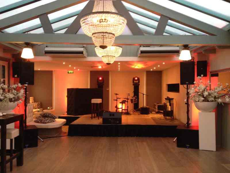 DJ in Delft De Brasserij Serre bedrijfsfeest podium opstelling met dj-show van Ambitious en optreden van Maan