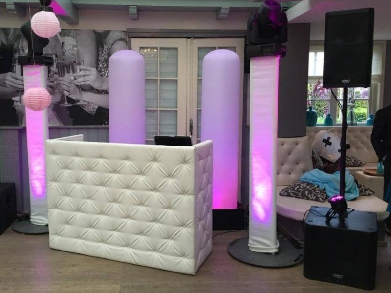 DJ in Delft boeken in De Brasserij Serre bruiloft met Black and White DJ-Show van Ambitious en optreden van Maan