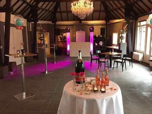 DJ in Delft huren voor in De Schaapskooi Zaal 1 bruiloft met Black and White DJ-show van Ambitious