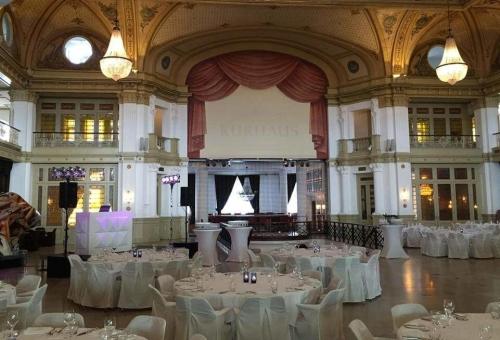 DJ boeken in Den Haag Scheveningen Kurhaus voor optreden in Stroom Entresol bruiloft met Black and White DJ-Show van Ambitious
