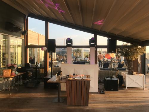 DJ huren in Den Haag Scheveningen Strandrestaurant De Waterreus bruiloft exclusive dj-show van Ambitious