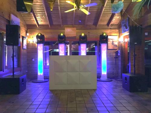 DJ huren in Dordrecht Restaurant De Merwelanden exclusieve dj-show met verlichte dansvloer