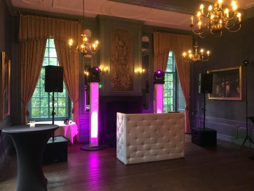 DJ huren in Echteld Kasteel Wijenburg voor bruiloft, verjaardag of bedrijfsfeest
