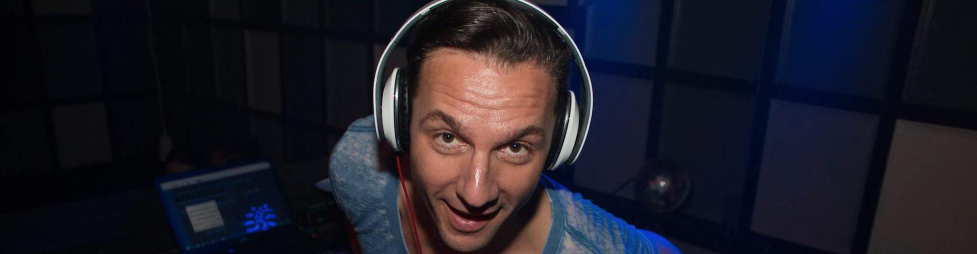 DJ huren voor feest Ambitious DJ Fred hier in actie tijdens club avond in Dordrecht