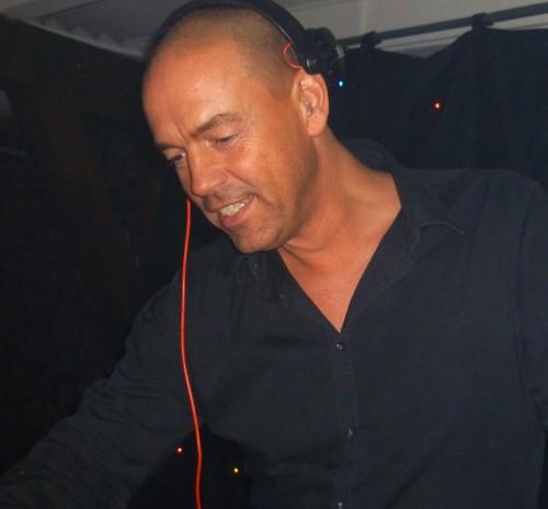 DJ voor themafeest inhuren met dj van Ambitious hier met DJ Leon