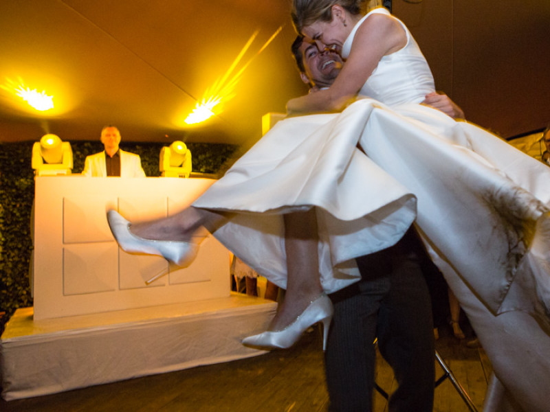 Wit podium huren inclusief vilt en afrok voor bruiloft in Gouda