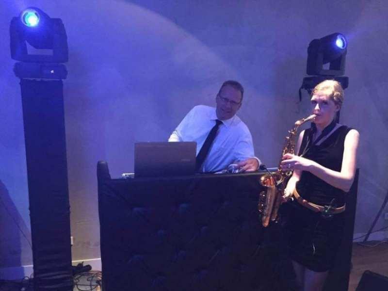 Allround DJ Klaas huren met saxofoniste op de voorgrond of achtergrond