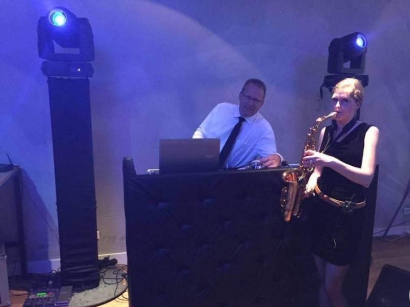 DJ Klaas in LF Gouda met saxofoniste Caroline boeken voor bedrijfsfeest
