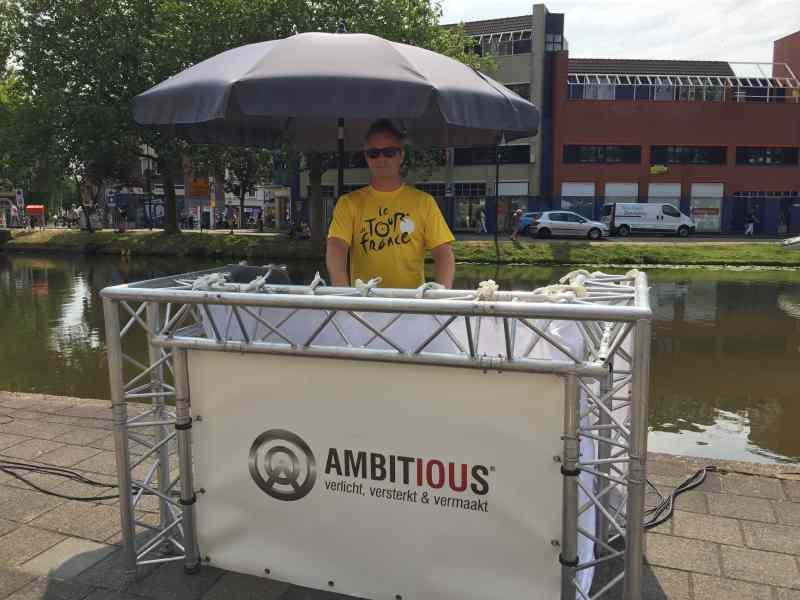 DJ in Gouda buiten met Ambitious dj tijdens Tour de France Etappe 2 in 2015