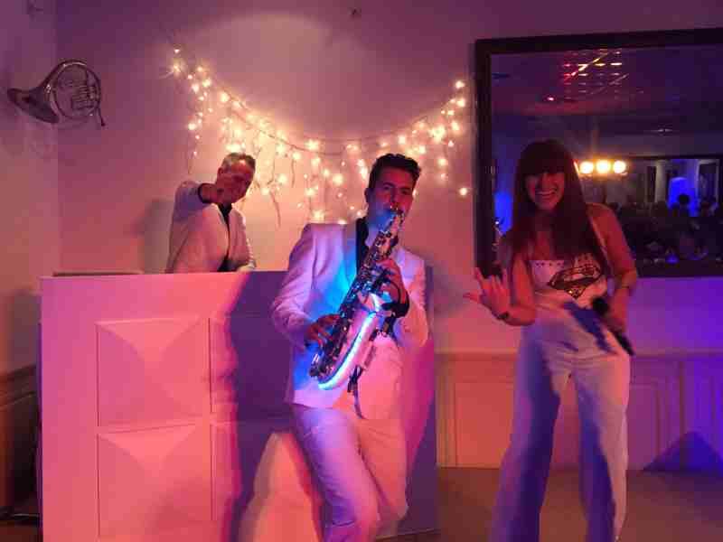 DJ huren in Amicitia Lekkerkerk met saxofonist en vocaliste