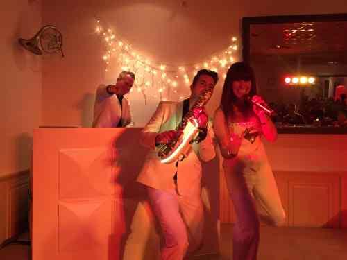 Sax Up The DJ White inhuren met Vocaliste Erica hier in Amicitia te Lekkerkerk