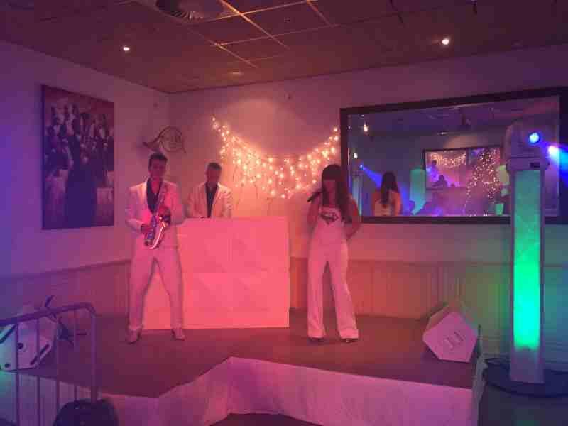 DJ boeken in Amicitia Lekkerkerk met Sax Up The DJ featuring vocaliste Erica