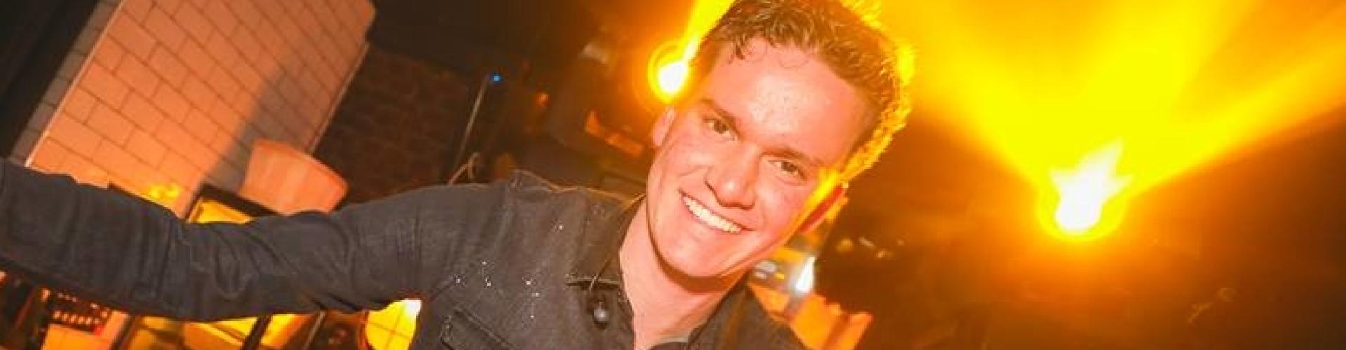DJ Marten boeken voor feest Ambitious DJ Marten hier tijdens Friday Afternoon Drink in De Zalm te Gouda