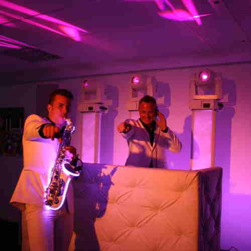 Saxofonist Boris huren met DJ Johan Post als Sax Up The DJ hier tijdens demo avond bij Ambitious in Reeuwijk
