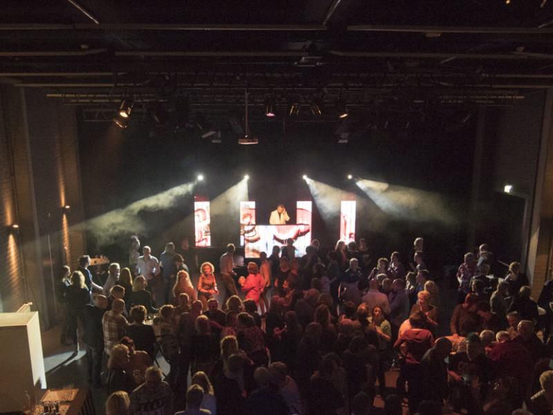 Feest DJ huren in Bodegraven het Evertshuis Theaterzaal themafeest dj met videoclips van Ambitious