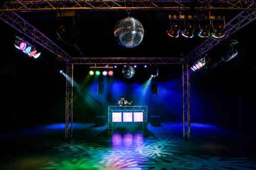 Allround DJ Peter boeken met Mega DJ-Show van Ambitious