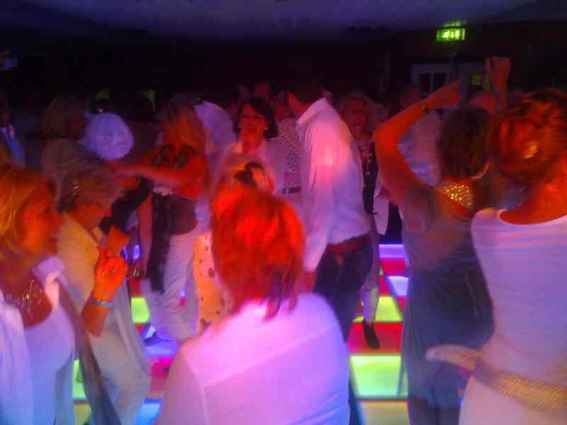 DJ in Reeuwijk Restaurant 't Vaantje met gasten op verlichte dansvloer via Ambitous boeken