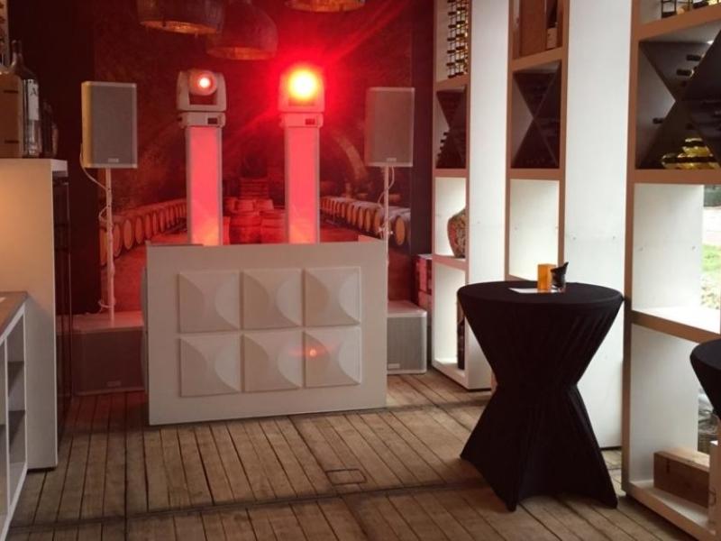 VJ Johan Post boeken voor themafeest met videoclips zoals hier in 't Evertshuis in Bodegraven