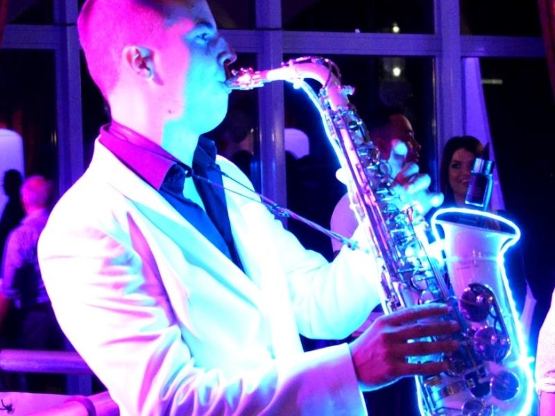 DJ in Rotterdam het Zalmhuis de Rooftop Room saxofonist met dj-show van Ambitious boeken