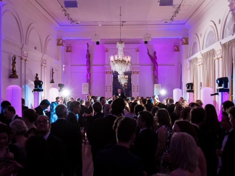 DJ Rotterdam boeken voor in het Wereldmuseum balzaal met personeelsfeest en dj van Ambitious
