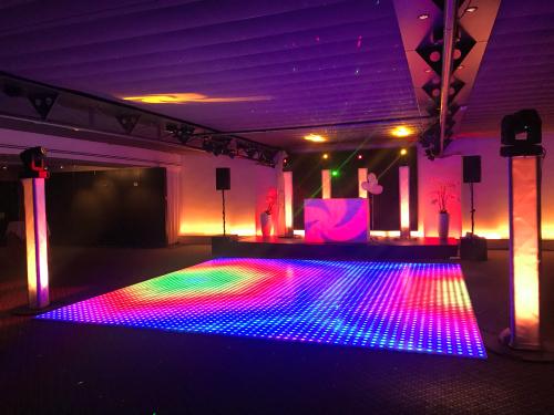 DJ huren in Wassenaar Kasteel De Wittenburg voor bruiloft, verjaardag of bedrijfsfeest