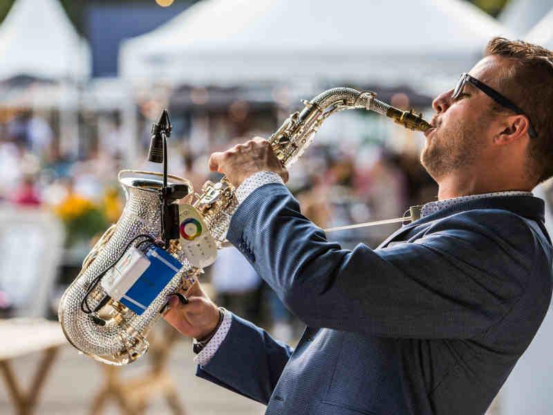 DJ met saxofonist in Gouda inhuren Goudasfalt meerdaags culinair evenement Culifeest