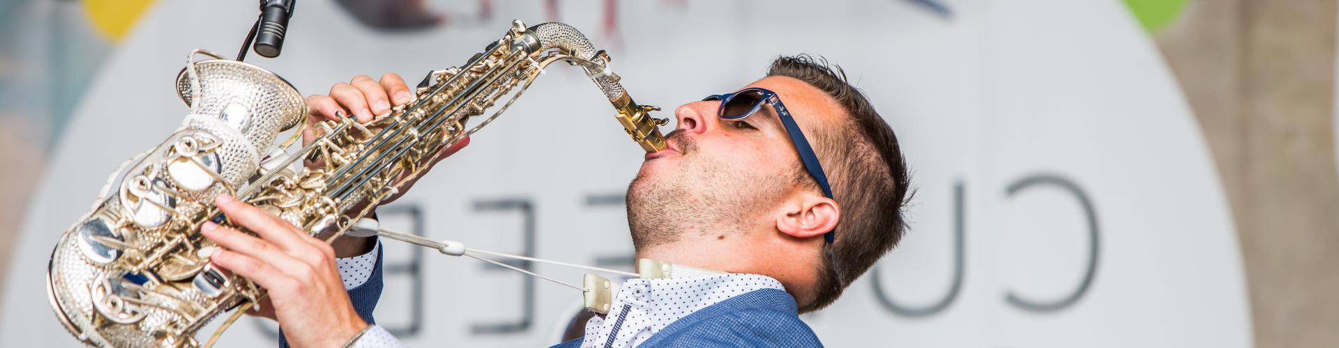 Feest dj boeken of inhuren met saxofonist voor openbaar of themafeest