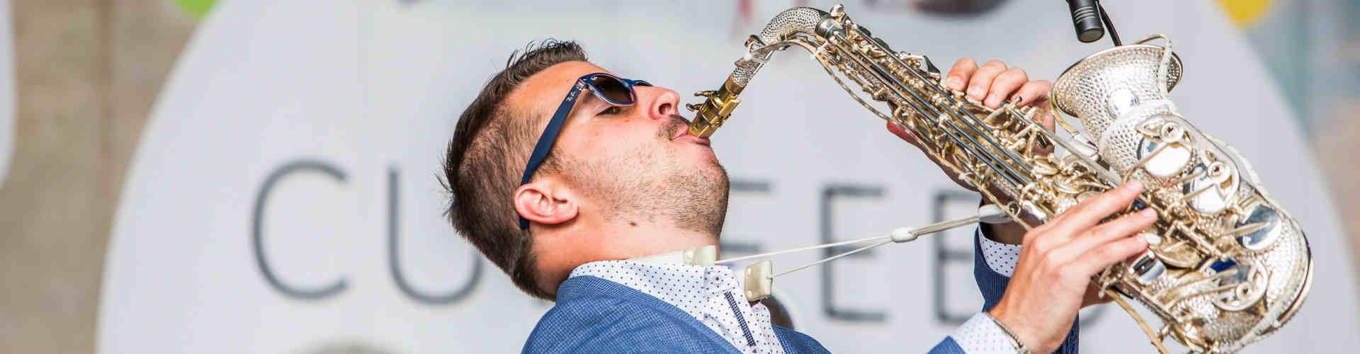 DJ voor feest huren Ambitious saxofonist hier tijdens openbaar culinair evenement in Gouda
