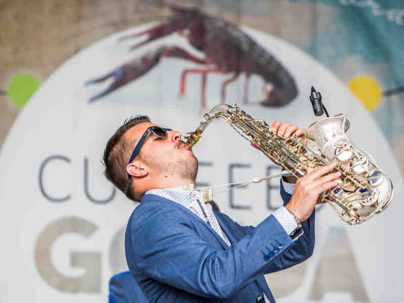 DJ met saxofonist in Gouda boeken Goudasfalt culinair festival Culifeest
