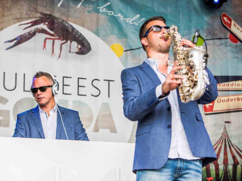DJ met saxofonist in Gouda inhuren op Goudasfalt openbaar culinair evenement Culifeest