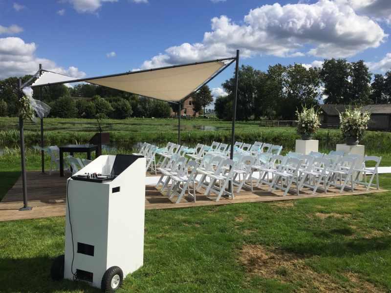 Mobiele DJ boeken voor huwelijksceremonie in de buitenlucht