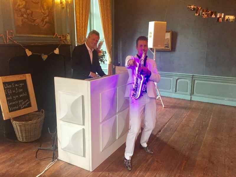 DJ huren in Echteld Kasteel Wijenburg voor receptie met dj en saxofonist in Blauwe Salon