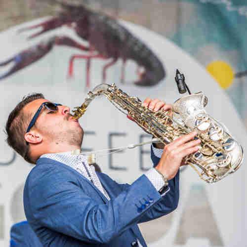 Saxofonist Boris inhuren zoals voor dit openbaar culinair festival Culifeest in Gouda