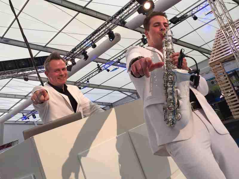 Saxofonist Boris huren met DJ Johan Post als Sax Up The DJ