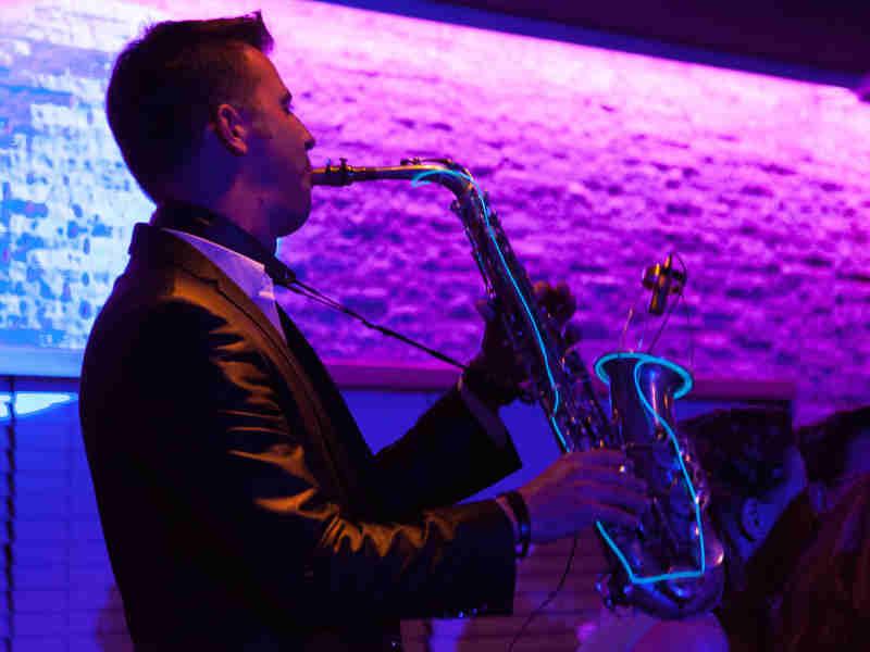 Saxofonist Boris inhuren met LED verlichte saxofoon