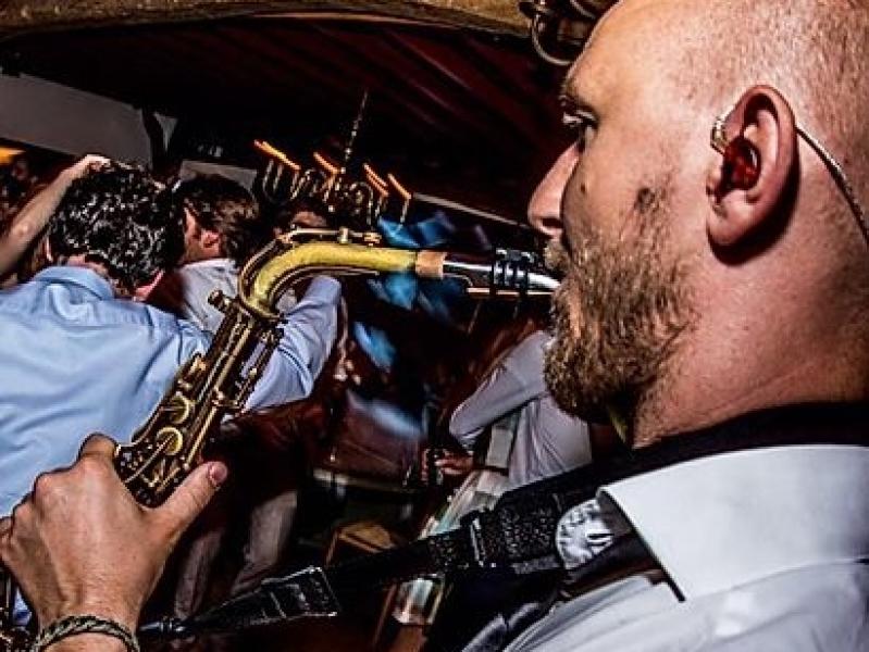 Saxofonist Tim boeken voor bedrijfsfeest
