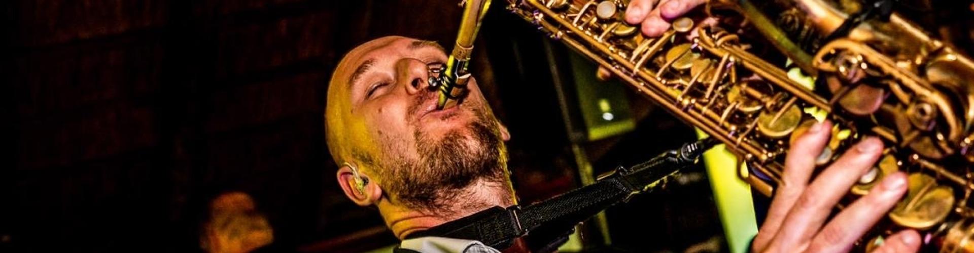 Saxofonist Tim huren voor exclusieve bruiloft