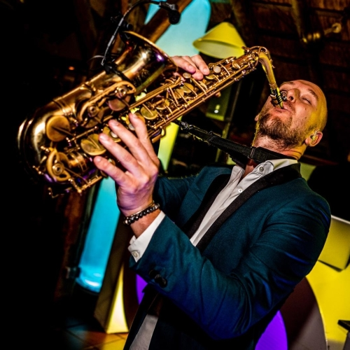 Saxofonist Tim inhuren, boeken of huren? Hij speelt dan met dj tijdens exclusief personeelsfeest