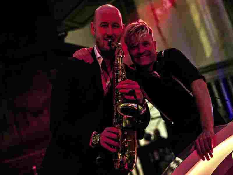 Saxofonist Tim huren als dj met saxofonist