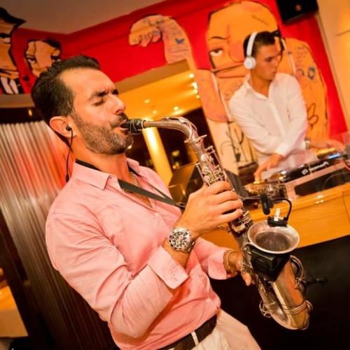 Saxofonist Rafaël boeken, huren of inhuren? Plaats gratis en vrijblijvend een optie